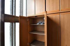 靴箱の様子。部屋ごとに使えるスペースが決まっています。(2017-07-22,周辺環境,ENTRANCE,1F)
