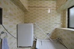 元・バスルームだった場所には洗濯機が置かれ、物干しスペースとしています。(2017-07-22,共用部,LAUNDRY,1F)