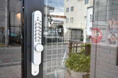 玄関の鍵はナンバー式です。(2017-07-22,周辺環境,ENTRANCE,1F)