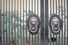 門扉の様子。獅子が迎えてくれます。(2014-01-28,共用部,OTHER,1F)