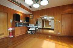 リビングの一角はフリースペースとして、オーナーさんが外部向けのヨガイベントなどを催すそうです。(2014-01-28,共用部,LIVINGROOM,1F)