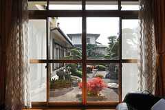 掃き出し窓かた見た庭の眺め。(2014-01-28,共用部,LIVINGROOM,1F)