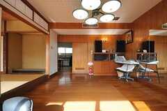 ダイニングとキッチンは、正面の扉の先です。(2014-01-28,共用部,LIVINGROOM,1F)