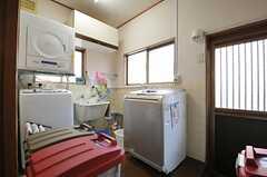 ランドリールームの様子。右手の勝手口から洗濯物干し場で行くことができます。(2014-01-28,共用部,LAUNDRY,1F)