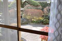 専有部の窓からは庭が眺められます。(2014-01-28,専有部,ROOM,1F)