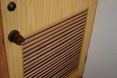 ドアの下部はルーバー上のつくりとなっています。(2014-01-28,専有部,ROOM,2F)