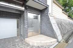 シェアハウスの入口。オーナーさん住戸の入口も兼ねています。(2015-07-30,周辺環境,ENTRANCE,1F)