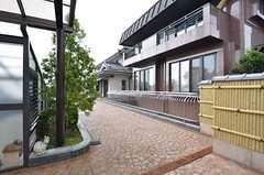 シェアハウスのアプローチ。茶色の家はオーナーさん住戸です。(2015-07-30,周辺環境,ENTRANCE,1F)
