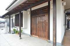 シェアハウスの玄関ドア。引き戸です。(2015-07-30,周辺環境,ENTRANCE,1F)