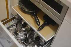 フライパンや鍋類はヒーターの下に収納されています。(2015-07-30,共用部,KITCHEN,1F)