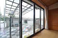 ドミトリーの廊下から見た物干しスペースの様子。(101号室)(2015-07-30,専有部,ROOM,1F)