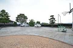 駐車場の様子。とても広い敷地です。(2015-07-30,共用部,GARAGE,1F)