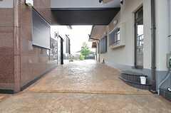 シェアハウスとオーナーさん住戸の間を通って駐車場にアクセスします。(2015-07-30,共用部,GARAGE,1F)