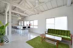 リビングの様子2。天井が高く、明るい空間です。(2014-07-01,共用部,LIVINGROOM,2F)