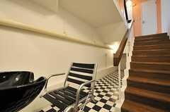 階段脇のスペースには、メイクの練習ができるよう大きなミラーを設置する予定とのこと。(2014-03-13,共用部,LIVINGROOM,1F)