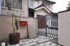 シェアハウスのエントランス。敷石と赤いポストが特徴的です。(2012-01-15,周辺環境,ENTRANCE,1F)