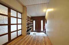 内部から見た玄関周りの様子。左手の引き戸の先がリビングです。(2012-01-15,周辺環境,ENTRANCE,1F)