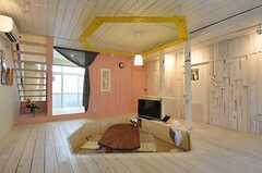 リビングの様子3。床の掘りに合わせて、天井の板もデザインされています。(2012-01-15,共用部,LIVINGROOM,1F)