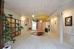 テラス側から見たリビングの様子。天井も高くなっています。(2012-01-15,共用部,LIVINGROOM,1F)