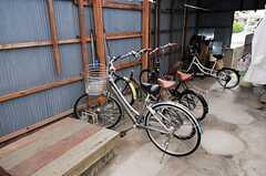 自転車置き場の様子。車輪止めもオーダーメイドされたそう。(2012-01-15,共用部,GARAGE,1F)
