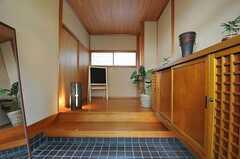 正面玄関から見た内部の様子2。上がって左手が101号室、右手の奥に廊下が続き、リビングへ繋がっています。(2011-04-03,周辺環境,ENTRANCE,1F)