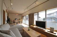 リビングは一面が窓なので、明るいです。(2011-04-03,共用部,LIVINGROOM,1F)