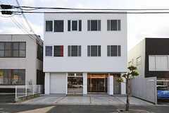 シェアハウスの外観。1階には英会話スクールが入っています。玄関は右手にあります。(2012-02-02,共用部,OUTLOOK,1F)