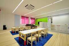 英会話スクールのプレイルームの様子3。ビビッドなカラーコーディネートです。(2012-02-02,共用部,OTHER,1F)