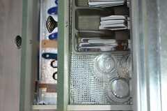 引き出しには調理用具やスプーン・フォークが入っています。(2012-07-15,共用部,KITCHEN,10F)