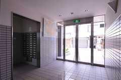 マンションのエントランスには絵画が飾られています。建物はオートロックです。(2012-07-15,共用部,OTHER,1F)