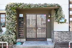 シェアハウスの正面玄関の様子。(2010-10-10,周辺環境,ENTRANCE,1F)