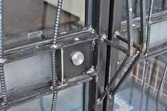 玄関扉の取っ手の様子。鉄筋でデザインされた特注モノです。(2010-10-10,周辺環境,ENTRANCE,1F)