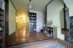 正面玄関から見た内部の様子。玄関の照明は時間になると自動点灯します。(2014-03-05,周辺環境,ENTRANCE,1F)