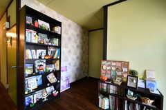 玄関前はブックコーナーが設置されています。(2014-03-05,共用部,OTHER,1F)