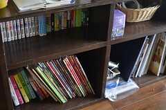 本棚の様子。雑誌や漫画もいろいろ。(2014-03-05,共用部,OTHER,1F)