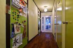 廊下の様子。突き当たりにラウンジ、右手にシャワールームがあります。(2014-03-05,共用部,OTHER,1F)