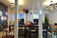 ラウンジの様子2。各テーブルは空間に合わせて作ったハンドメイドです。色合いが素敵。(2014-03-05,共用部,LIVINGROOM,1F)