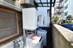 屋外に設置された洗濯機と乾燥機の様子。庇(ひさし)が付いているので雨でも使えます。(2014-03-05,共用部,LAUNDRY,1F)