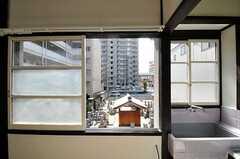 窓先の抜けはよいのですが、目の前はお墓です。(211号室)(2011-11-09,専有部,ROOM,2F)