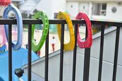 いろんな色の布団バサミ。近所の幼稚園の様子もうかがえます。(2011-11-09,専有部,ROOM,2F)