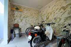 ガレージの様子2。バイクも停められます。(2014-03-05,共用部,GARAGE,1F)