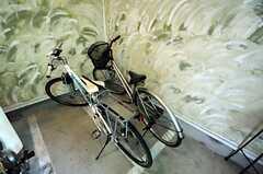 シルバーのものが共用自転車です。使用するときはノートに時間と名前を記入するシステムだそう。(2014-03-05,共用部,GARAGE,1F)