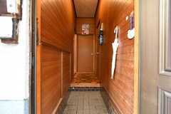 玄関から見た内部の様子。突き当たりのドアの先がリビングです。(2017-10-13,周辺環境,ENTRANCE,1F)