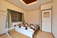 専有部の様子2。ダブルベッドが設置されています。(203号室)(2017-10-13,専有部,ROOM,2F)