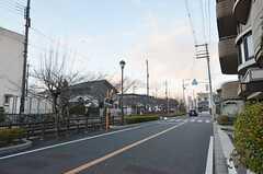 シェアハウスから近鉄奈良線・河内小阪駅へ向かう道の様子。春になると、川沿いの桜は満開になるそう。(2015-01-12,共用部,ENVIRONMENT,1F)