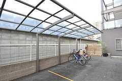 自転車置き場の様子。屋根付きです。(2016-06-12,共用部,GARAGE,1F)