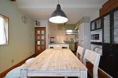ダイニングテーブルの様子3。奥がキッチンです。(2016-03-07,共用部,LIVINGROOM,2F)