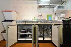 キッチンの下の収納は、共用の調理道具が入れられています。(2016-03-07,共用部,KITCHEN,2F)