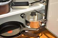 フライパンや鍋も用意されています。(2016-03-07,共用部,KITCHEN,2F)