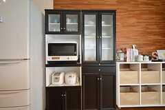 食器棚にキッチン家電が置かれています。(2016-03-07,共用部,KITCHEN,2F)